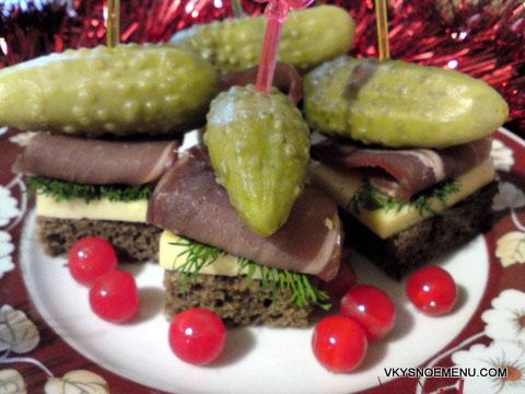 бутерброды с маринованными огурцами и языком