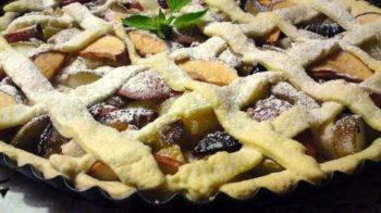 Пирог с грушами, яблоками и сливами