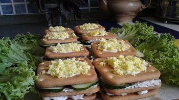 Закусочные бутерброды из крекера