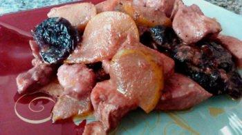 Курятина с грушей и черносливом