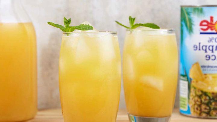 два стакана с чаем с добавлением сока ананаса