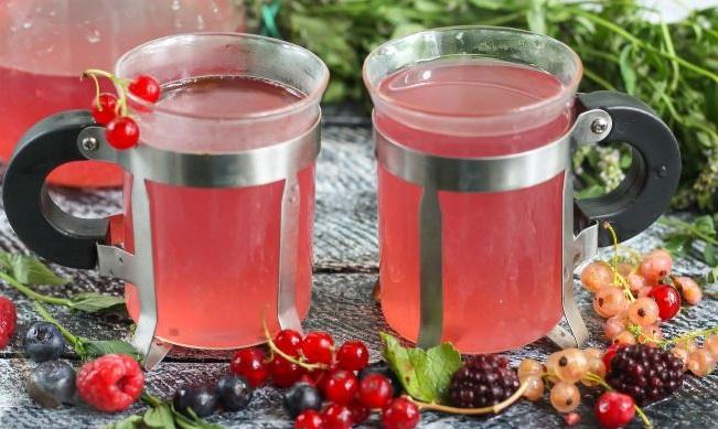 чайный пунш в френч прессе с ягодами