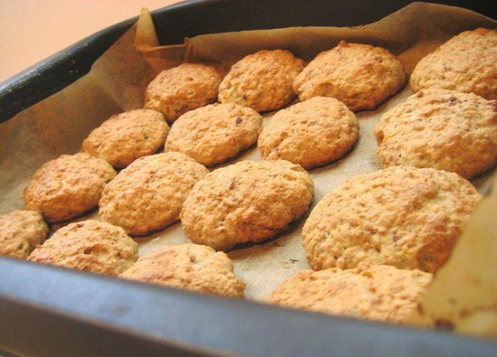 овсяное печенье на пергаментной бумаге