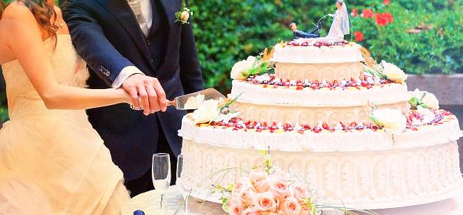 молодожены разрезают свадебный торт